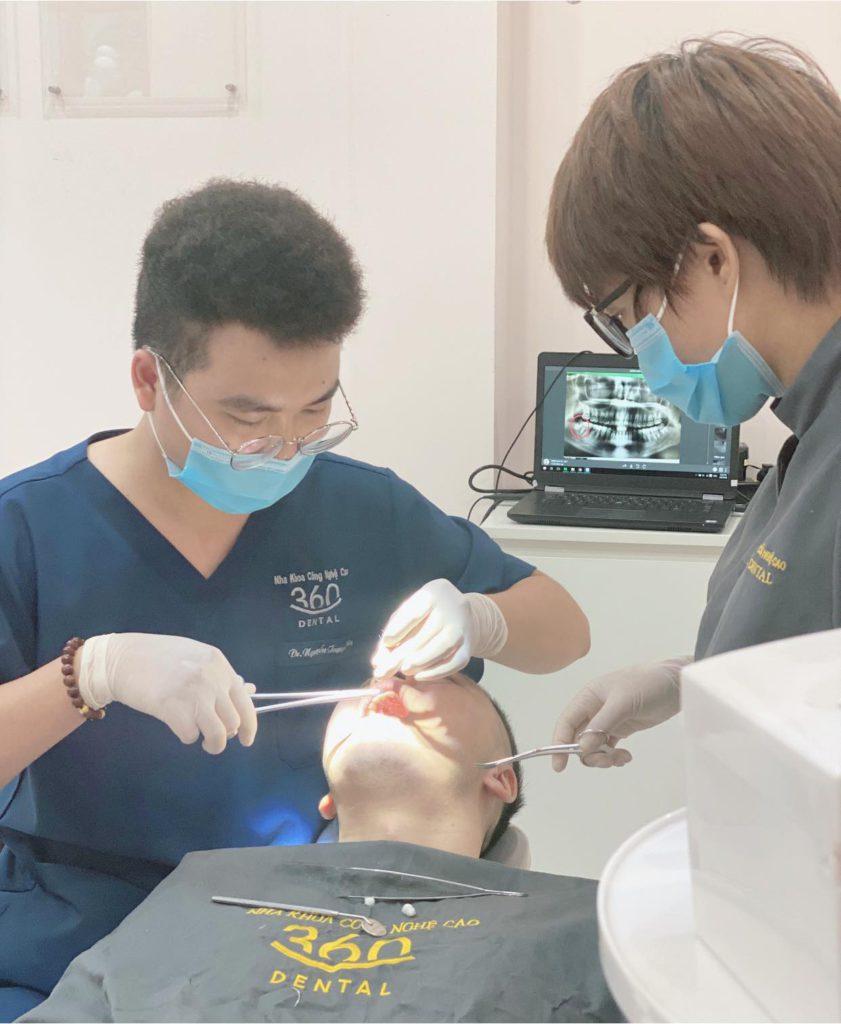 Bác sỹ chăm sóc bệnh nhân tại Nha khoa 360 Dental